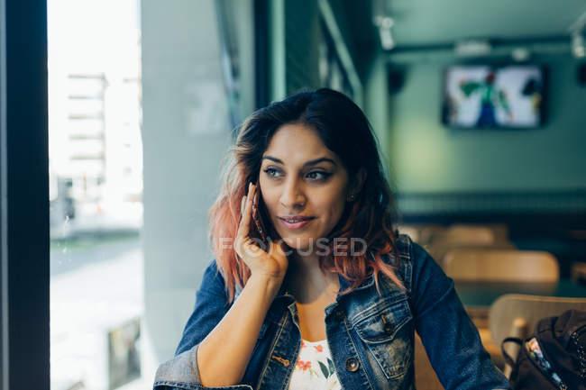 Retrato de mulher ao telefone no café — Fotografia de Stock