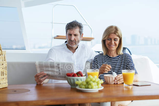 Couple on a sailing trip having a healthy breakfast — Stock Photo