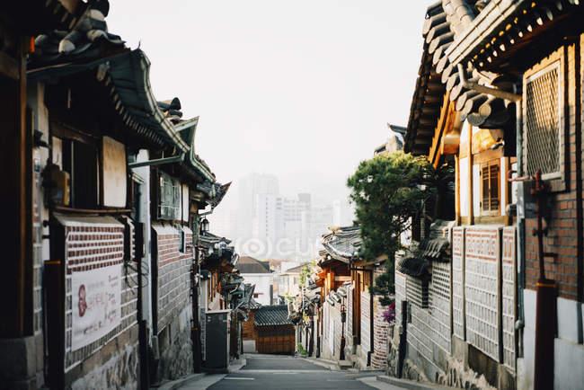 Південна Корея, село Букчон Ханок, вулиця з традиційними будинками — стокове фото