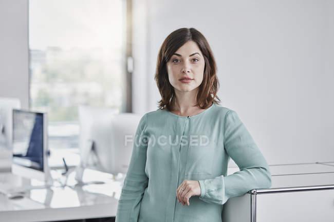 Portrait d'une femme d'affaires confiante en fonction — Photo de stock