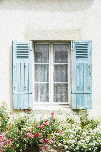 France, Bretagne, window of residential house with blue shutters — Stock Photo