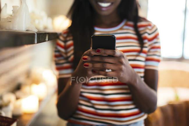 Руки жінки тримають смартфон, зблизька — стокове фото