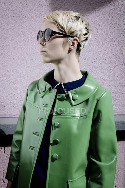 Mujer con gafas de sol y chaqueta de cuero verde vintage - foto de stock