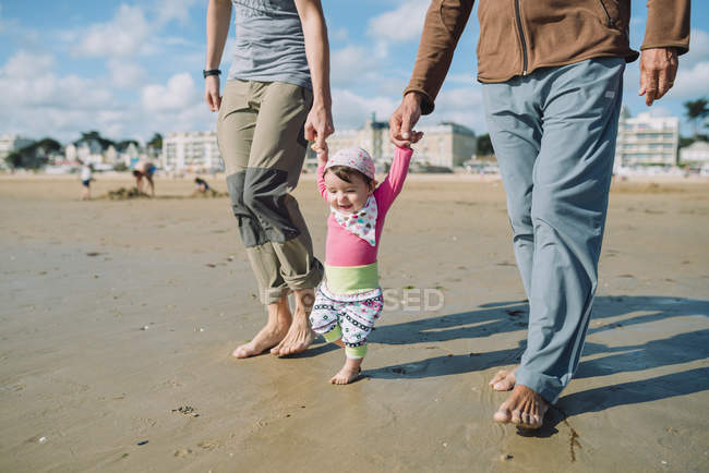 France, La Baule, petite fille marchant sur la plage avec père et grand-père — Photo de stock