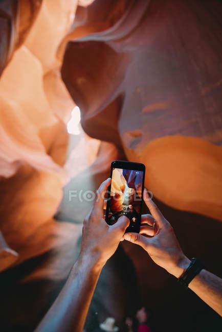 Сша, Аризона, Человек фотографируется с мобильным телефоном в каньоне Антилопы — стоковое фото