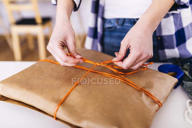Крупный план женщины, упаковывающей пакет — стоковое фото