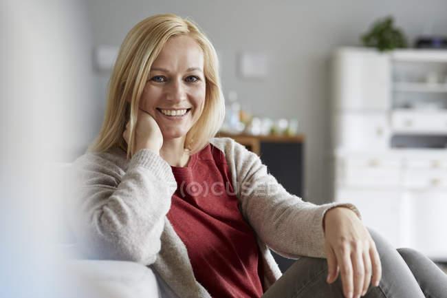 Donna felice rilassante a casa — Foto stock