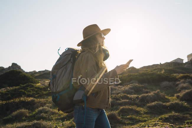Italia, Sardegna, donna in escursione con cellulare in mano — Foto stock