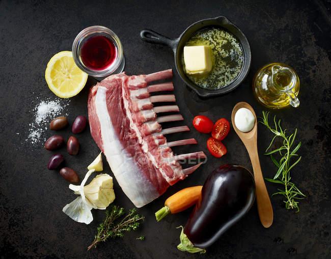 Ingrédients pour le carré d'agneau avec ragoût d'aubergines et mousse de tzatziki — Photo de stock