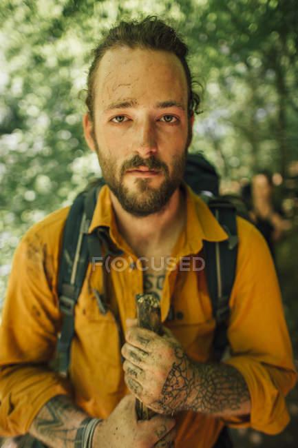 Портрет молодого человека в походе — стоковое фото