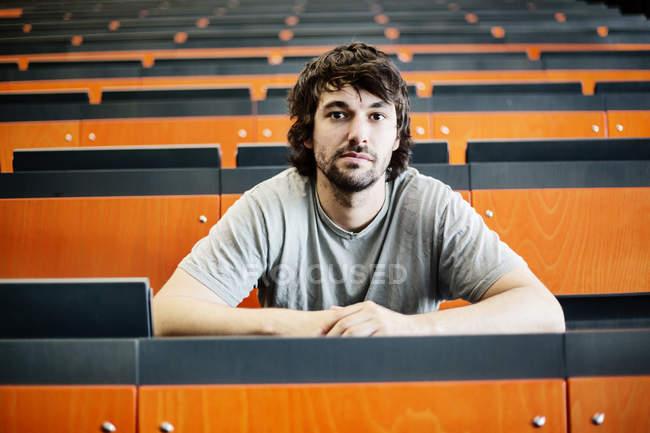 Ritratto di studente in auditorium all'università — Foto stock