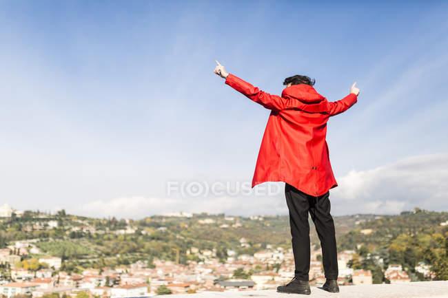 Італія, Верона, задній погляд туристичного становища з піднятими обіймами — стокове фото