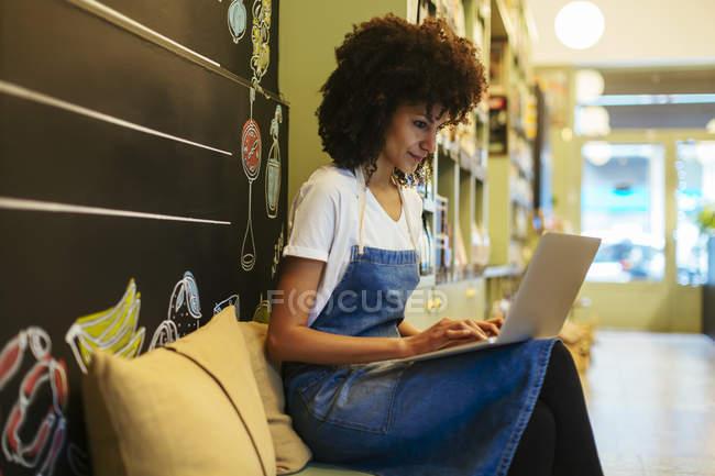 Женщина с ноутбуком в магазине — стоковое фото
