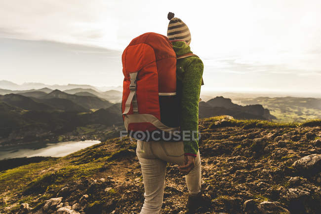 Austria, Salzkammergut, Escursionista con zaino escursioni nelle Alpi — Foto stock