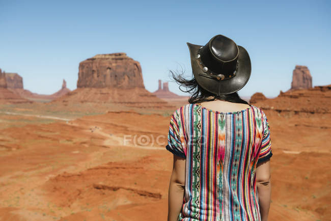 USA, Utah, Woman with cowboy hat enjoying the views in Monument Valley — Stock Photo