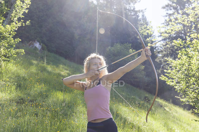 Archeress aiming with her bow — Stock Photo