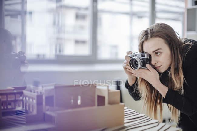 Architetto scattare foto di modello architettonico in ufficio — Foto stock