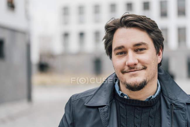 Ritratto di giovane sicuro di sé all'aperto — Foto stock