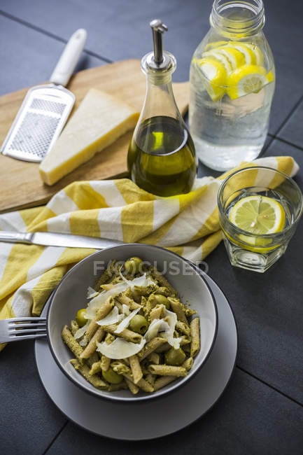 Whole-grain noodles with green pesto and olives — стокове фото