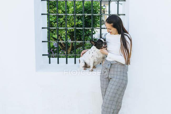 Femme parlant à son chien à l'extérieur — Photo de stock