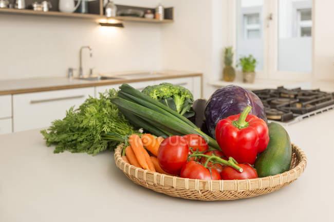 Свіжий овоч на кухні лічильник — стокове фото