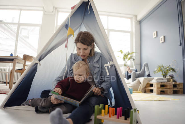 Мама играет со своим сыном дома — стоковое фото