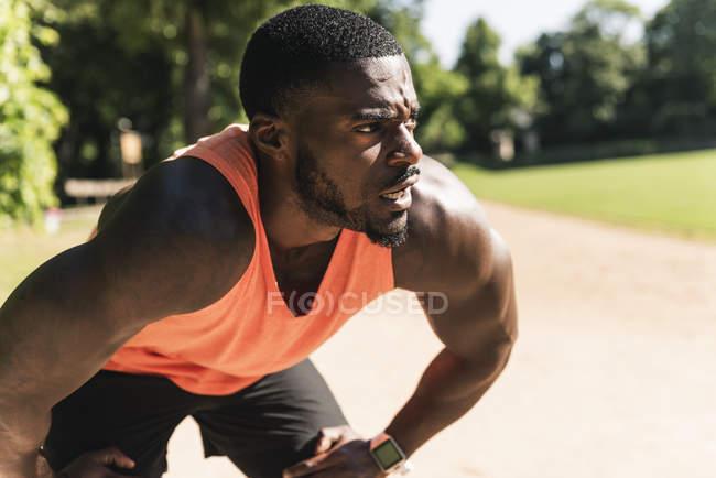 Молодой спортсмен занимается на спортивной площадке, концентрируется — стоковое фото