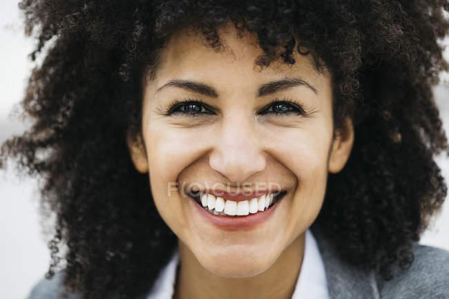 Ritratto di donna felice con i capelli ricci — Foto stock