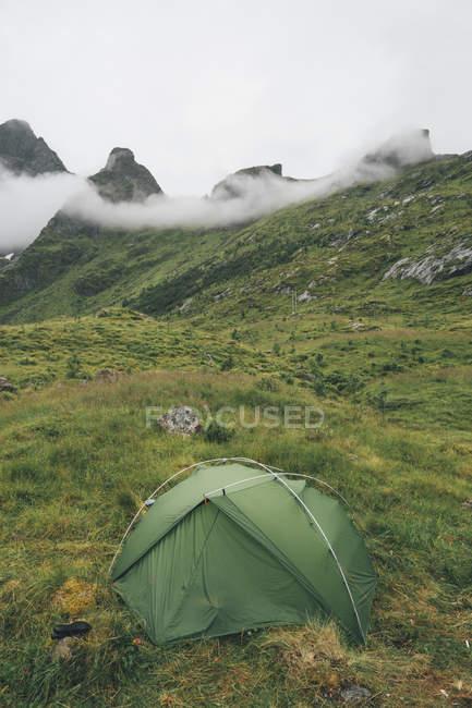 Norwegen, Lofoten, Moskenesoy, Zelt am Kjerkefjord — Stockfoto