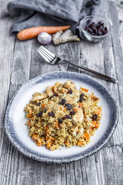 Boulgour avec la viande de poulet, la carotte, le gingembre et les raisins secs — Photo de stock