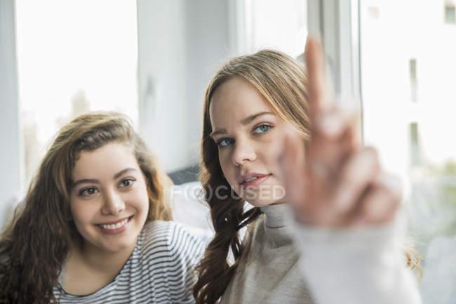 Ragazza adolescente utilizzando il dispositivo portatile futuristico — Foto stock