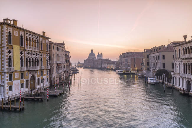 Италия, Венеция, городской пейзаж с Гранд-каналом в сумерках — стоковое фото