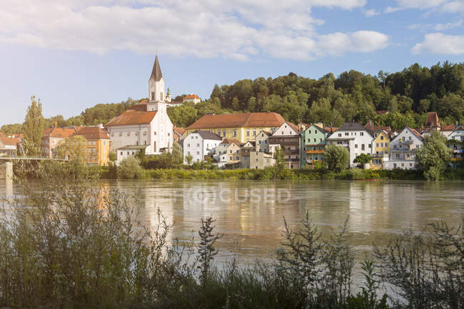 Germany, Passau, view to the city with Inn River in the foreground - foto de stock