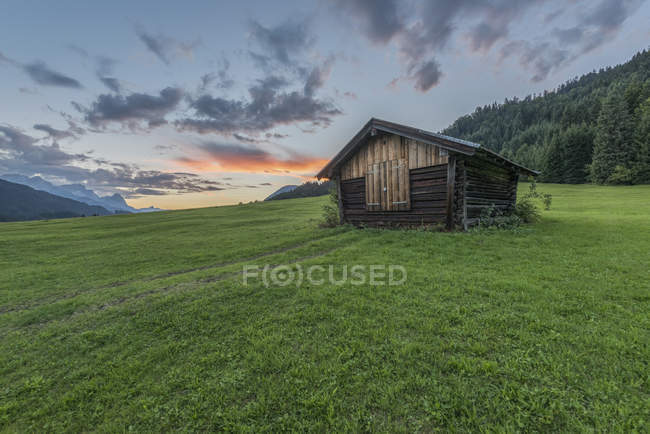 Germania, Baviera, Werdenfelser Land, fienile all'alba — Foto stock