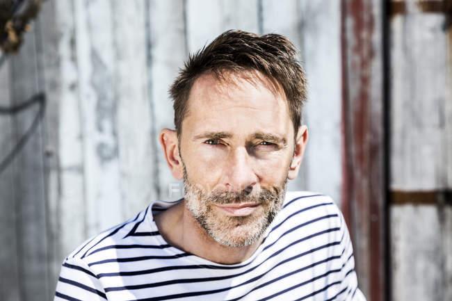 Retrato de homem em camisa listrada ao ar livre — Fotografia de Stock