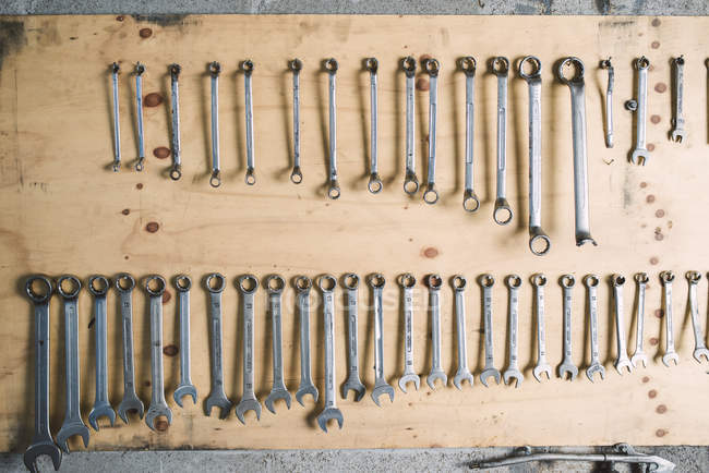 Sortiment von Schraubenschlüsseln in Werkstatt — Stockfoto