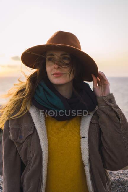 Italia, Sardegna, ritratto di donna sulla costa al tramonto — Foto stock