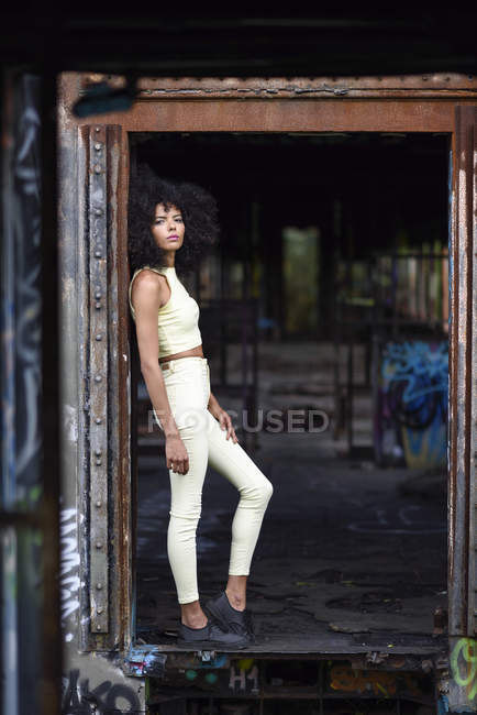Портрет модного молодика покинутого і знищеного старого поїзда. — стокове фото