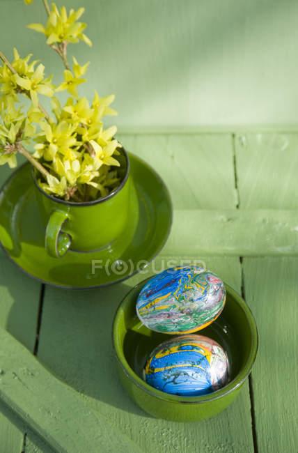 Huevos de Pascua pintados con barniz de uñas - foto de stock