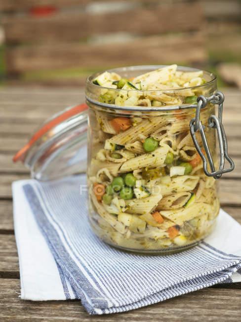 Tarro con ensalada de pasta vegana - foto de stock