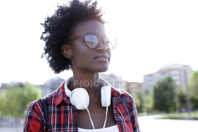 Ritratto di giovane donna con cuffie retroilluminate — Foto stock