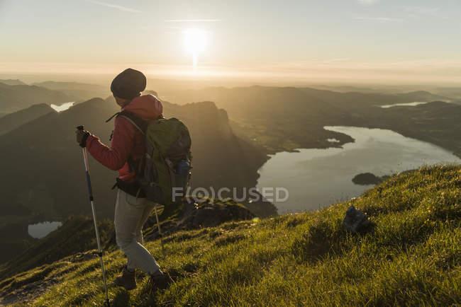 Austríacos, Salzkammergut, Mulher caminhando sozinha em montanhas — Fotografia de Stock