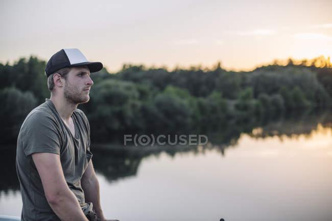 Giovane uomo godendo il tramonto a Ruhraue — Foto stock