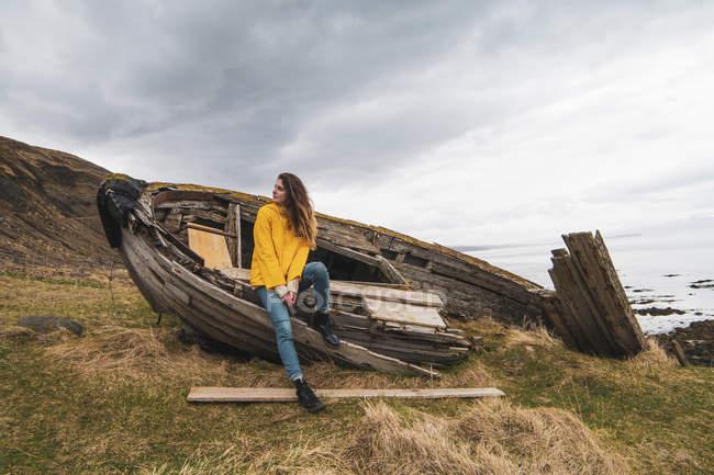 Ісландія, жінка в човні крах на узбережжі — стокове фото