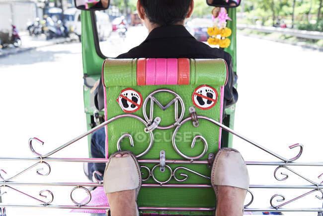 Thaïlande, Bangkok, pieds d'un voyageur et panneau interdit à l'intérieur d'un tuk tuk — Photo de stock