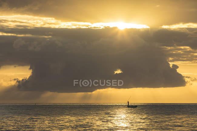 Mauricio, Costa Oeste, Riviere Noire, Pescador al atardecer - foto de stock