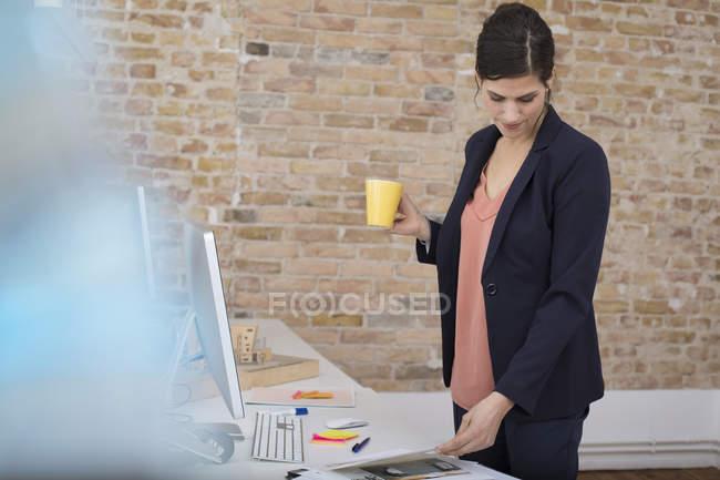 Бізнес-леді стоячи реєстрації в office — стокове фото