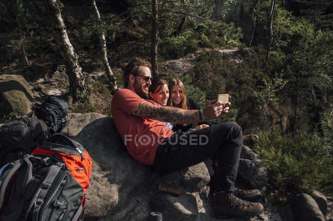 Німеччина, Саксонія, Ельба Сандстоун Гори, друзі під час походу, відпочиваючи на самоті. — стокове фото