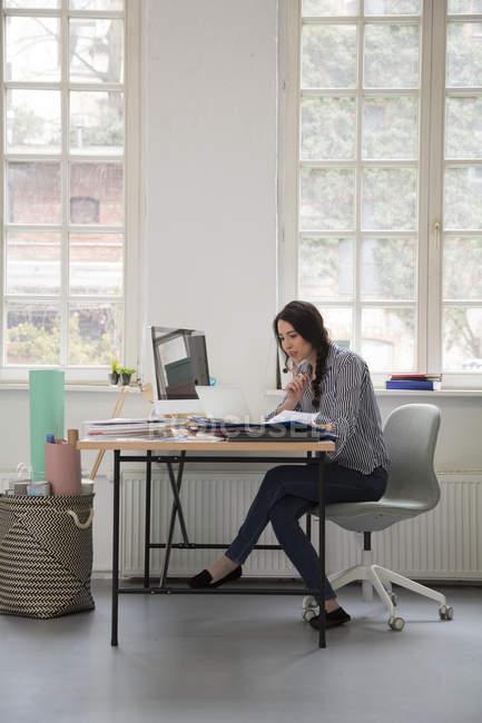Frau am Schreibtisch in einem Loft-Büro — Stockfoto