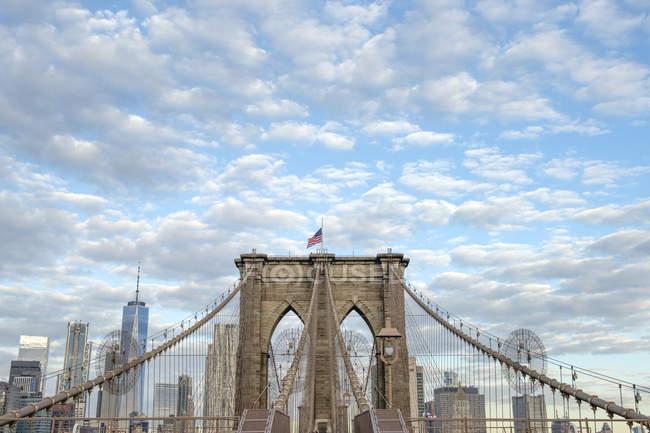 États-Unis, New York, Brooklyn Bridge par temps nuageux — Photo de stock